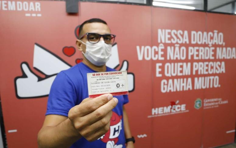 No trajeto do motorista do Hemoce Gildásio Costa, um sangue raro e outras bolsas de sangue estão a caminho para salvar vidas